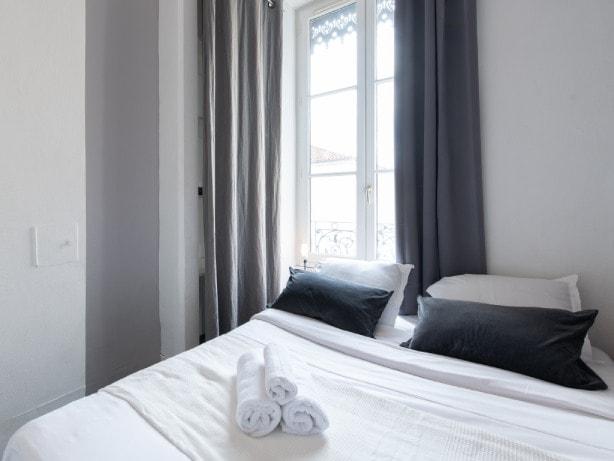 Chambre séparée avec lit double - Appartement séjour courte durée à Lyon
