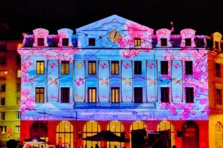Evénement touristique phare à Lyon : fete des lumières : projection lumineuse sur facade de monument historique lyonnais