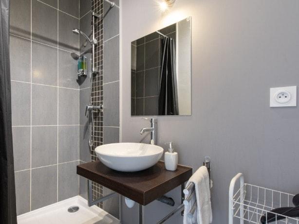 Salle de douche équipée pour appartement séjour courte durée sur Lyon