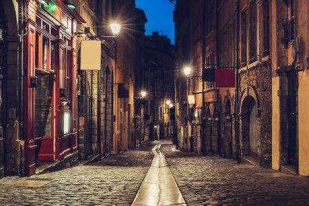 rue pavé du vieux-lyon - traboules et bouchons lyonnais